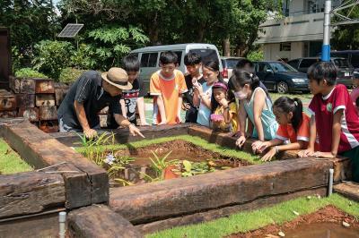 何俊賢在石碇和平國小的水梯田作品「山澗水」,教導學生水資源與糧食議題,同時結合了山中小學的地景。