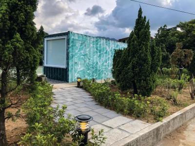 新北市萬里區大鵬國小旁停車場,經技職國手巧手改造,成為最美貨櫃屋教室。