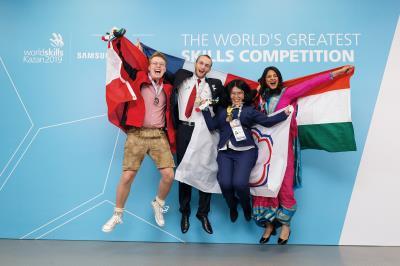 榮獲「平面設計技術類」金牌的廖羿婷,與其他得牌選手開心合照。