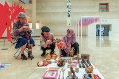 印尼移工阿雅開心的分享家鄉點滴,恰是文化藝術開啟台灣與 東南亞對話的最佳實例。(高美館提供)