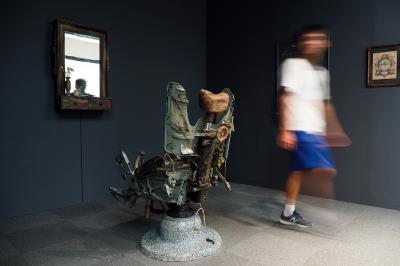 將戰鬥機駕駛座改造成理髮椅,並播放南越理髮師替北越退伍軍人刮鬍子的影片;越南藝術家 龐一冷用〈空的椅子〉描述內戰造成的衝突與包容。 (林格立攝)