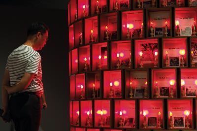 透過作品引發觀者思考,才是當代藝術家的創作目的。圖為印尼胡丰文的作品〈骨墓紀念碑〉。(林格立攝)