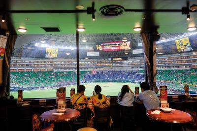 福岡巨蛋就像一個大型的秀場,滿足球迷各種想像與需求。只要遇到球賽的日子,空氣中總充滿著一股雀躍與期待。
