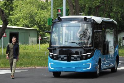 主持人Quang Vinh至「虎頭山創新園區」 體驗台灣無人車的科技能量。