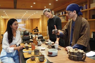 泰國主持人Khemanit Jamikorn體驗台灣的茶道文化。