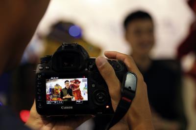 越南籍網紅主持人Quang Vinh,對著鏡頭介紹全亞洲唯一的機器人觀光工廠,他的背後是一隻舞獅機器人。