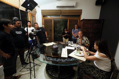 菲律賓CNN PH電視台製作團隊,拍攝主持人在無菜單料理餐廳體驗精緻美食。
