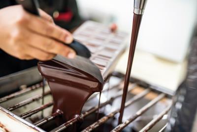 調溫機是巧克力的化妝師,經過調溫的巧克力會出現油亮的光澤,冷卻後也較為脆口。