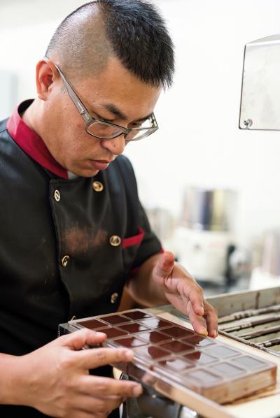 流體巧克力入模,放到冰箱冷藏,待冷卻脫模後 就成為商品。