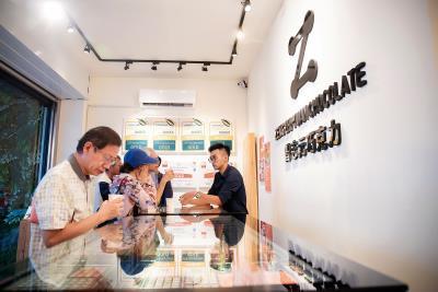 在ICA獲獎後,才倉促將產品商品化量產的 「曾志元巧克力」,位於內埔的門市的客人絡繹不絕。