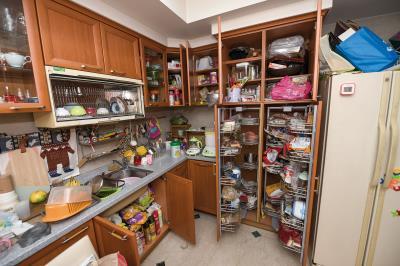 整理前,廚房物品過量且雜亂。