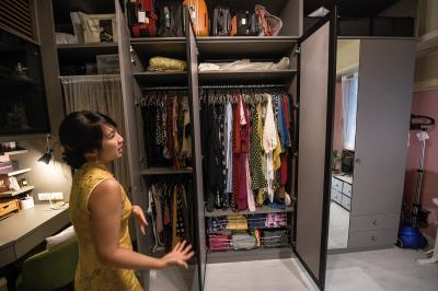 何安蒔親手打造的衣物間,上衣、褲裝、洋裝、包包全都分類收納,看起來整齊又美觀。