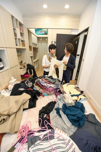 賴庭荷(左)將衣服全部下架,請客戶檢視分類,在決定去留的過程中,客戶對自己的喜好會越來越清晰。