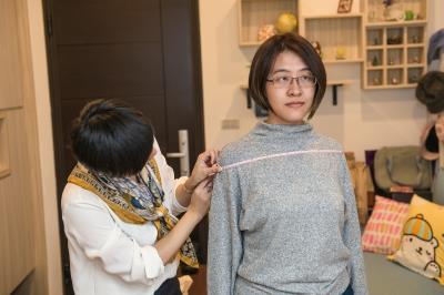 賴庭荷透過測色、量身、諮詢等方式,逐步找到客戶適合的服飾色彩與風格。