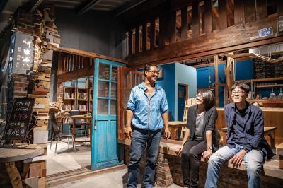 魏文軒(左)是池上第一代返鄉青年,協助新一代青年林孟德(右)老屋改建,並合作推出不同服務,分享客群。 (林旻萱攝)