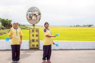 池上國中的學生,列隊歡迎來參加池上秋收稻穗藝術節的觀眾。