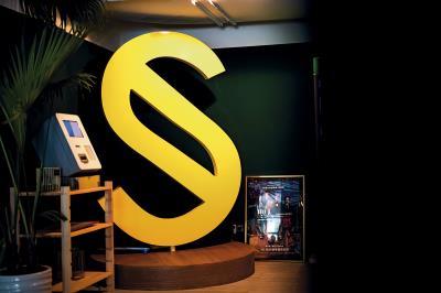 踏入SELF OASIS 酒吧,明眼人一下子就可以發現,在角落一隅,造型肖似「S」的大型裝置藝術,正是在《聖人大盜》片中,屢次登場的重要道具。
