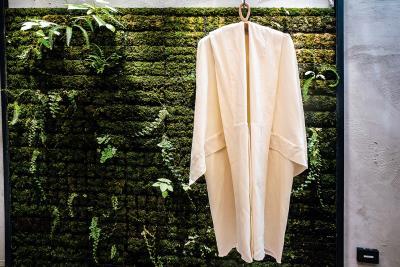 堅固、耐水洗的紙紗大衣,為永續時尚立下典範。