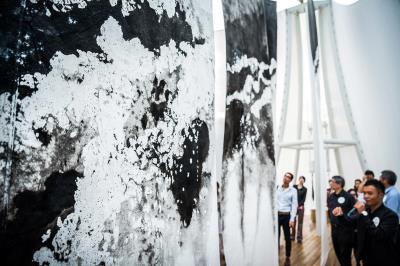 北美館「X-site計畫:未知的質域」,紙材突破平面的使用慣性,成為立體的空間佈局。(FENKO鳳嬌催化室提供)