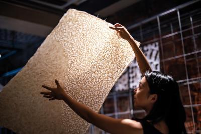 「鳳嬌催化室」以累積超過一甲子的基礎,邀請各方勇於跨界,探索現代生活中,紙的萬千可能。(林旻萱攝)