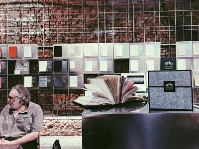 經鳳嬌媒合,從法國遠道而來的工藝大師Maurice Salmon,前來分享50年來投入裝幀修復的經驗。(FENKO鳳嬌催化室提供)