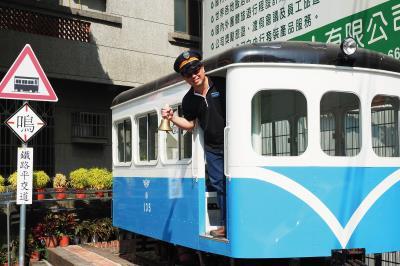 陳朝強笑稱自己是憨人買火車,把賣便當的微薄利潤全投入火車文物的蒐集。