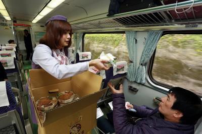 服務人員推著餐車販賣便當,是大家的共同記憶。