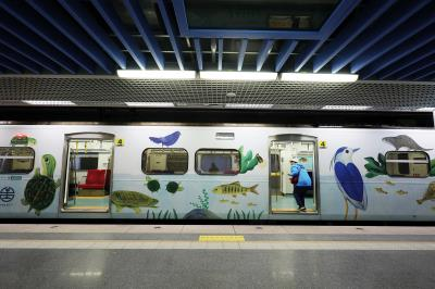 里山動物躍上火車,歡迎旅人搭乘。