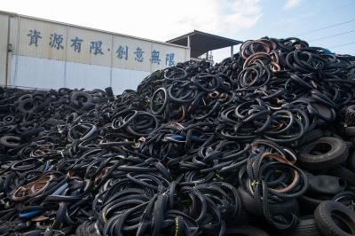 環拓科技利用熱裂解技術,將廢棄輪胎轉變為高價值的「碳黑」,再次應用在工業產品上。