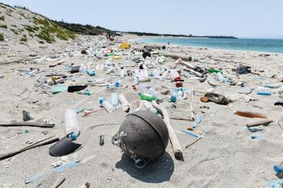 澎湖的沙灘上充斥海洋廢棄物。