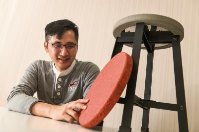 REnato lab創辦人王家祥,在客戶的工廠裡實驗廢棄物材料,以製造新的產品。