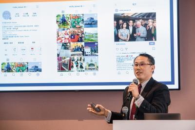 外交部國傳司副司長黃志揚在「數位外交工作坊」分享外交部新媒體經營策略。 (莊坤儒攝)