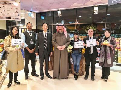 數位外交超越邦交國界,例如外交部邀請科威特網紅阿不都卡苓(中)來台,他在IG上推銷台灣的鳳梨釋迦。(駐科威特代表處提供)