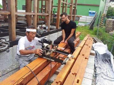 蓋房18年,家屋意外成為枋寮的在地景點,還有外國友人來打工換宿,體驗怎麼蓋木構家屋。
