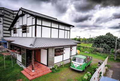 以木頭為材,以石灰抹牆,楊三二堅持親手構築與環境共生、讓地球呼吸,為家人遮風避雨的永續綠建築。