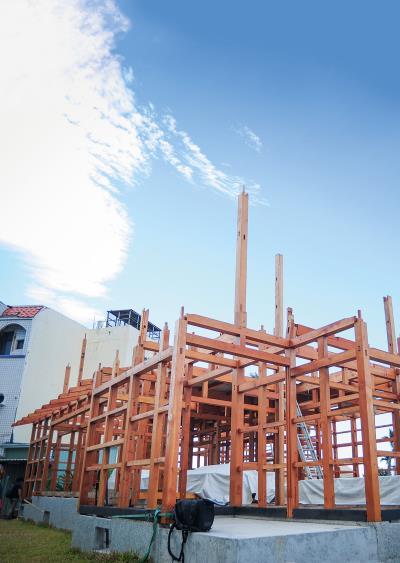 全榫接木架構從平地起,心中的家屋逐漸成形。