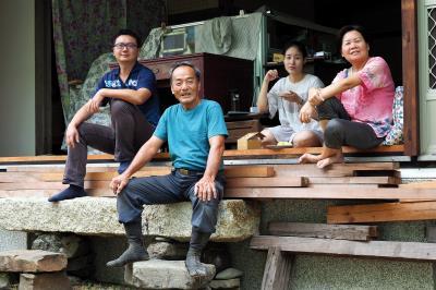 陳慧娟(右1)對丈夫無私的包容及孩子們對父母的支持,這些無形的羈絆,固守著這一家。(林格立攝)