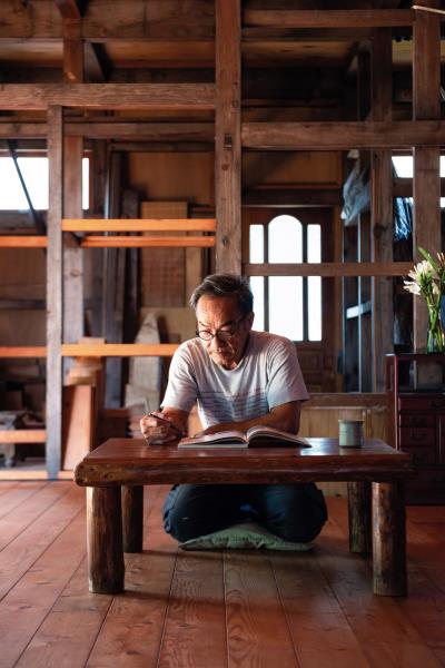 靠著自己研讀和想空想縫(台語),楊三二思考木造房子所有銜接點,每一塊木料的縫隙該怎麼處理。 (魚構逐光影像工作室Wade Studio攝)
