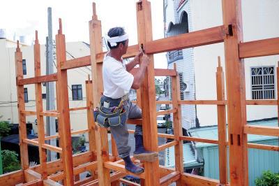 楊三二不只一個人施工,還必須思考僅一個人工作的工法。