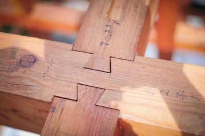 楊三二選材,幫每一段木料編號,花費最多時間在榫頭、卯眼的加工。