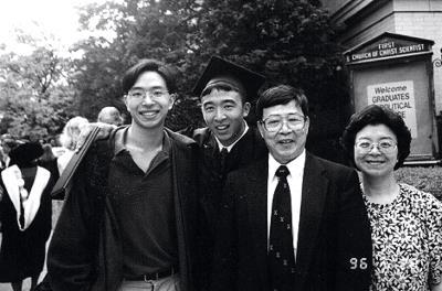 楊安澤畢業時,與父母楊界雄、陳玲銖、哥哥楊欣澤合影留念。(遠流出版公司提供)