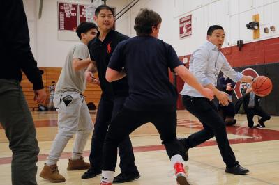 楊安澤到新罕布夏州康科德市的一處高中,與教職員、學生打籃球。(達志/路透社提供)