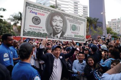 楊安澤到洛杉磯造勢,高舉他主要政見「全民基本收入」的標語,受到支持者的歡迎。(達志/路透社提供)