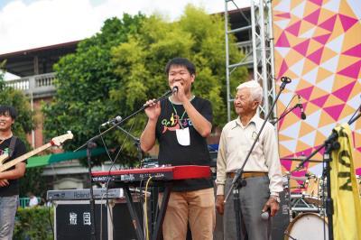 「搖旗吶喊Cishan Rock音樂節」上,老王與95歲的阿公親切互動。