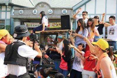 邀請旗山居民一起拍攝〈作伙那卡西〉歌曲MV,氣氛歡愉也凝聚居民的向心力。(台青蕉樂團提供)