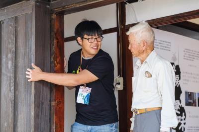「搖旗吶喊Cishan Rock音樂節」還搭配旗山小鎮老專門店策展,圖中王繼強親切地為長者導覽。