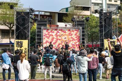 台青蕉的熱情節奏鼓動「搖旗吶喊Cishan Rock音樂節」的聽眾。