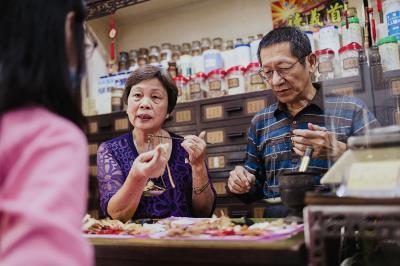 《小鎮專門店》中報導的乾元漢藥店,記錄下這些老店,同時也保留下小鎮逐漸消失的生活感。(尊懷文教基金會提供)