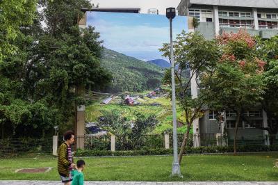 藝術家將磺港溪源頭的風景展示在沿途流域,觸動居民思考人與自然的關係。(鳳甲美術館提供)