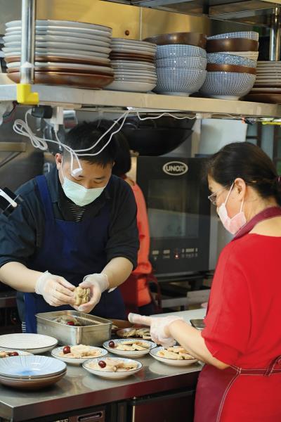 Jimmy(左)與主廚陳媽媽(右)合作,象徵年輕世代與銀髮族交流。